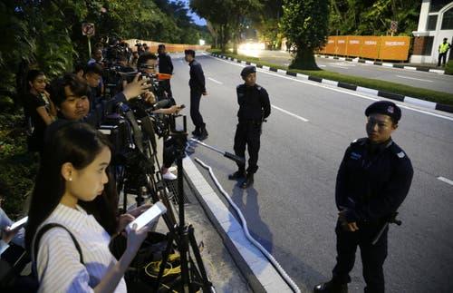 Polizisten stehen Wache vor den Medienangehörigen. (Bild: EPA/Mast Irham)