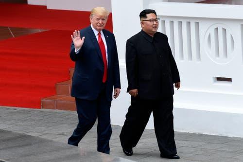 Donald Trump und Kim Jong Un auf einem Spaziergang nach dem gemeinsamen Mittagessen. (Bild: AP Photo/Susan Walsh)