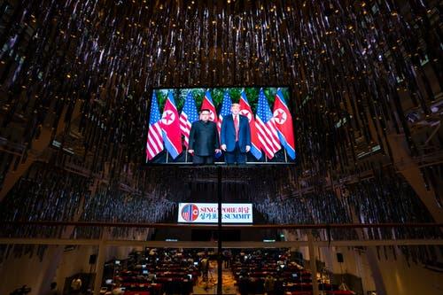 Kim und Trump vor dem Händedruck. (Bild: EPA/Jim Lo Scalzo)