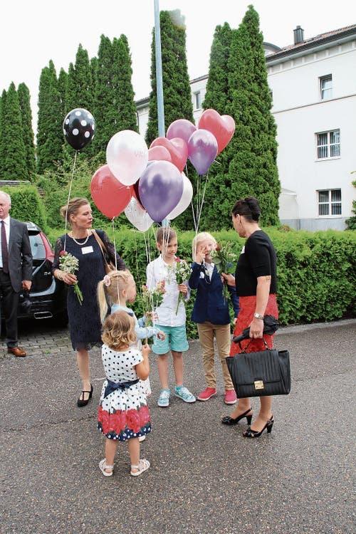 Die Enkelkinder von Imelda Stadler überreichten ihrer Grossmutter Blumen. (Bild: Martin Knöpfel)