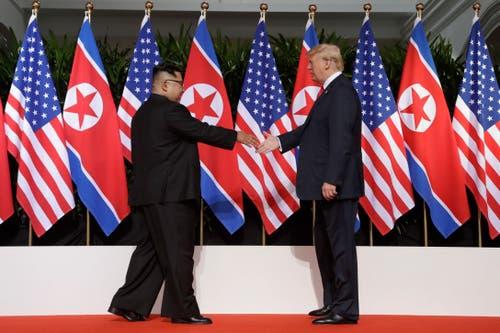 Historisches Händedruck: Kim Jong Un und Donald Trump beim Gipfeltreffen in Singapur. (AP Photo/Evan Vucci)
