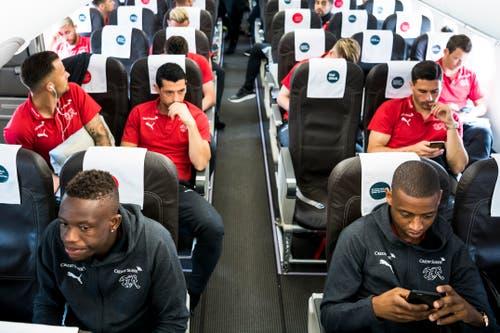 Alle haben ihren Platz gefunden. Die meisten Spieler sind in ihre Handys versunken. (Bild: Laurent Gilliéron / Keystone (Zürich, 11. Juni 2018))