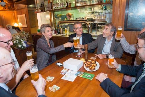 Treffpunkt auch für die Politik: Ständerätin Karin Keller-Sutter (FDP) feiert mit Parteikollegen ihre Wiederwahl im «Naz». (Bild: Ralph Ribi - 18. Oktober 2015)