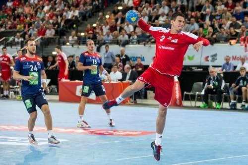 Der Schweizer Andy Schmid (rechts) lässt die Norweger hinter sich und schiesst auf das Tor. (Bild: Keystone/Alexandra Wey)