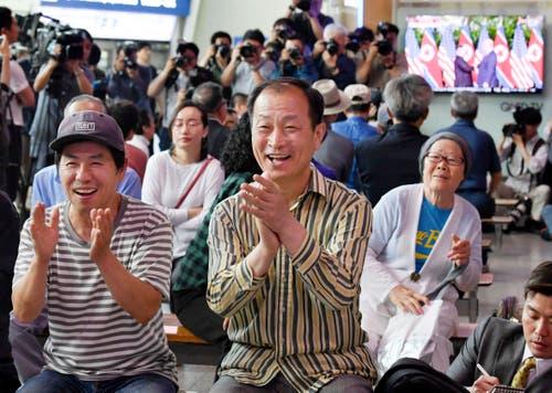 Beifall zum Händedruck an einem Bahnhof in Seoul. (Bild: Kyodo News via AP)