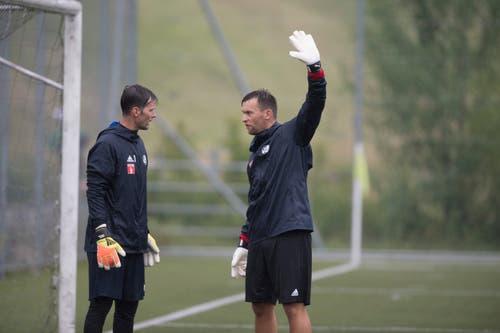 Dave Zibung (links) bespricht sich mit Goalie-Trainer Lorenzo Bucchi. (Bild: Pius Amrein (Luzern, 13. Juni 2018))