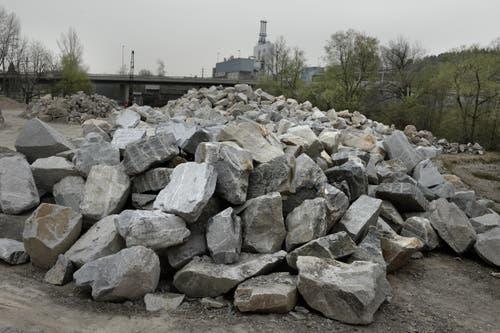 Steinblöcke für Hochwasserschutz. (Nadia Schärli, 3. April 2014)