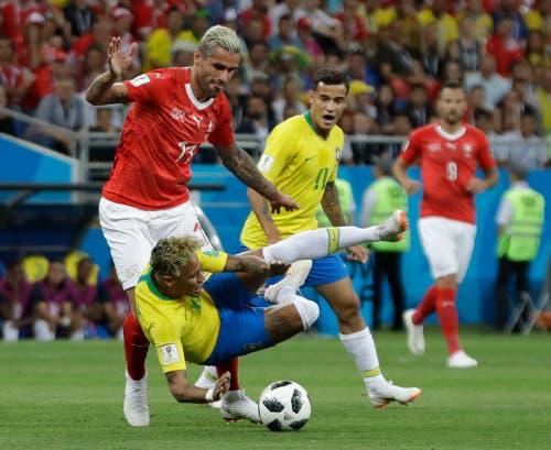 """Behrami neutralisierte den Brasilianischen Star-Spieler Neymar, bis unser """"Krieger"""" wegen einer Verletzung vom Platz musste. (Bild: AP Photo/Themba Hadebe)"""