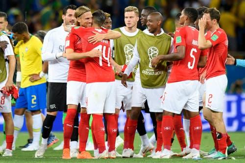 Die Schweizer freuen sich über ein hart erkämpftes Unentschieden... (Bild: KEYSTONE/Laurent Gillieron)