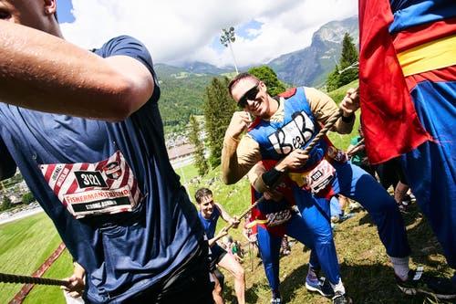 Kräfteraubend: Am Seil geht es die Skisprung-Schanze hoch. (Bild: PD)