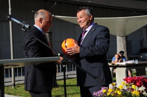Gemeindepräsident Felix Cavaletti schenkte Peter Tresch einen Fussball. (Bild: Urs Hanhart (Göschenen, 20. Juni 2018))