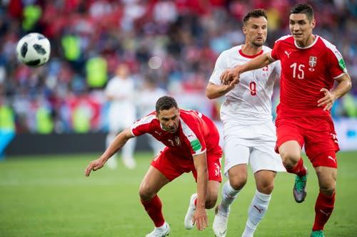 Serbiens Verteidiger Dusko Tosic (links) und Nikola Milenkovic kämpfen um den Ball mit Nati-Stürmer Haris Seferovic (Bild: KEYSTONE/Laurent Gillieron).
