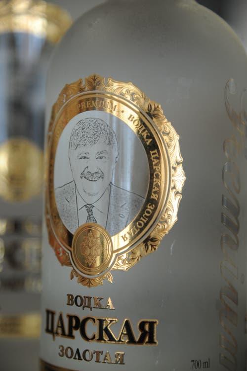 Die Russen machen ihrem besonderen Freund aus Andermatt auch immer wieder besondere Geschenke, wie etwa eine Vodka-Flasche mit dem Bild von Ferdi Muheim auf der Etikette. (Bild: Urs Hanhart, 8. Juni 2018)