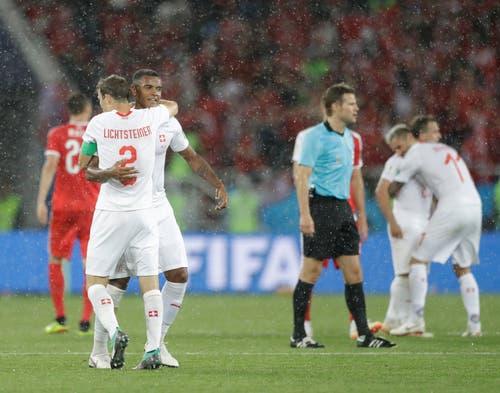 Manuel Akanji und Stephan Lichtsteiner (links) freuen sich über den Sieg (Bild: AP Photo/Matthias Schrader)