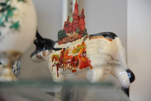 In seiner Metzgerei in Andermatt finden sich überall kleine Souvenirs aus der zweiten Heimat von Ferdi Muheim, Russland. (Bild: Urs Hanhart, 8. Juni 2018)