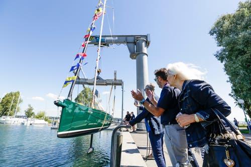 Heinrich-Werft-Chef Peter Minder (mitte) freut sich mit den neuen Eigentümern Helmut und Ute Schlotterer. (Bilder: Donato Caspari)