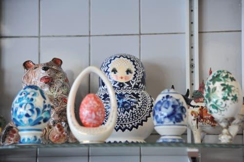 Auch diese Souvenirs aus Russland dürfen in Ferdi Muheims Metzgerei nicht fehlen: Matroschkas. (Bild: Urs Hanhart (Andermatt, 8. Juni 2018))