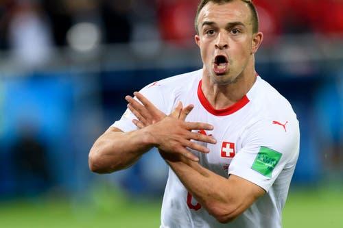 Mittelfeldspieler Xherdan Shaqiri macht die umstrittene Geste des Kosovo-Doppeladlers. (Bild: KEYSTONE/Laurent Gillieron)