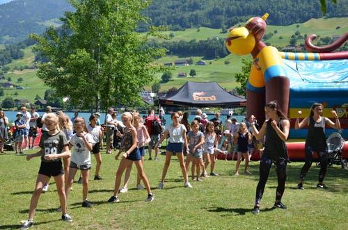 Gemeinsames Tanzen und die Hüpfburg (im Hintergrund) stiessen auf grossen Anklang.