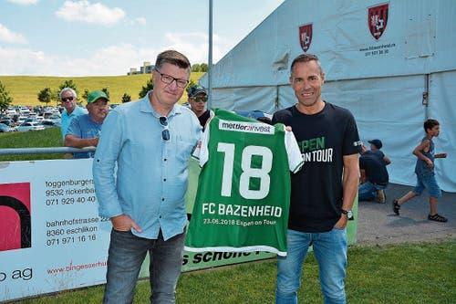 Geschenk: FCSG-Präsident Matthias Hüppi überreicht FC Bazenheid-Präsident Danny Lüthi das «Espen-on-Tour-Trikot». (Bild: Beat Lanzendorfer)