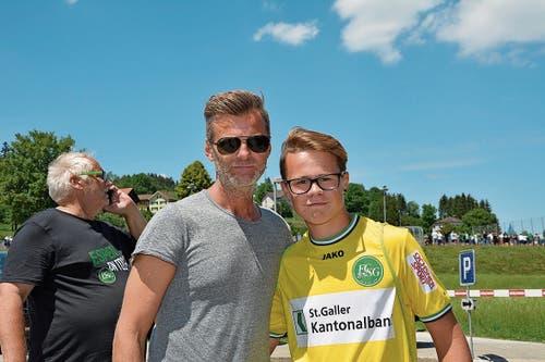 FC St.Gallen-Sportchef Alain Sutter nahm sich für ein Erinnerungsfoto mit Damian Scherrer Zeit. (Bild: Beat Lanzendorfer)