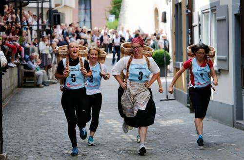 Huttenrennen der Frauen mit Körben auf dem Rücken. (Bild: Stefan Kaiser (Zug, 25. Juni 2018))