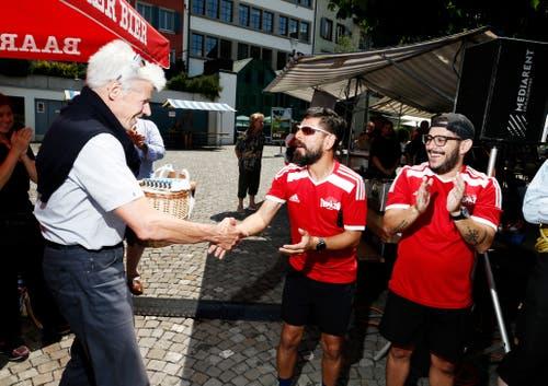 Daniel Burch, Präsident Zuger Kantonsrat übergibt Boris Alonso Sosa Centeno und Ricardo Cerdas Cortes den Preis für den vierten Platz. vlnr. (Bild: Stefan Kaiser (Zug, 25. Juni 2018))