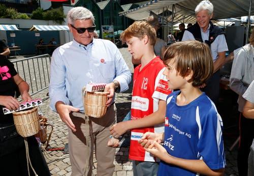 Hugo Halter, Präsident GGR übergibt den Preis für den ersten Platz des Kindersturm an Tobias Furrer und Loris Keller. vlnr. (Bild: Stefan Kaiser (Zug, 25. Juni 2018))