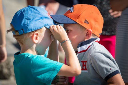 Zwei Kinder kämpfen um die Mütze (Bild: Christian H. Hildebrand, 23. Juni 2018).