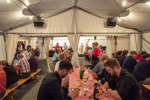 Im Gärbiplatzzelt spielt gerade die Band Raendom und Gäste (Bild: Christian H. Hildebrand, 23. Juni 2018).