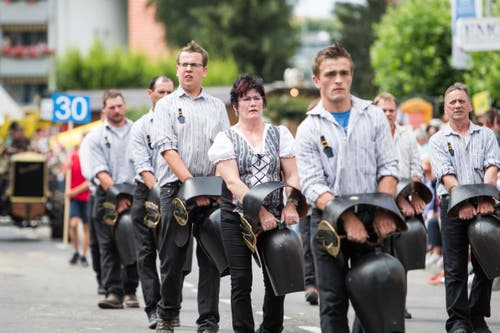 Festumzug am Jodlerfest Schötz. Im Bild: Trychlerklub Ebnet. (Bild: Manuela Jans-Koch. Schötz 24.Juni 2018)