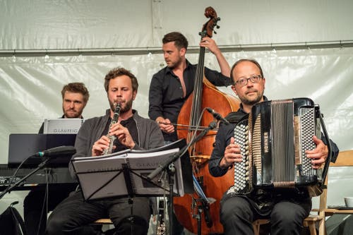 Die Band Glaeuffig im Zelt am Gaerbiplatz (Bild: Christian H. Hildebrand, 23. Juni 2018).