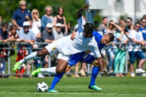 Luzerns Yannick Schmid (hinten) gegen Winterthurs Jordan Gele. (Bild: Martin Meienberger / Freshfocus (Luzern, 23. Juni 2018))