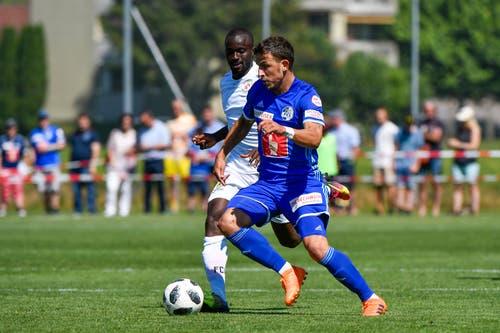 Luzerns Oliver Custodio (vorne) gegen Winterthurs Ousmane Doumbia (Bild: Martin Meienberger / Freshfocus (Luzern, 23. Juni 2018))