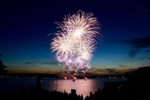 Grandioses Feuerwerk über dem Zuger Seebecken. (Leserbild: Markus Röösli, 23. Juni 2018)