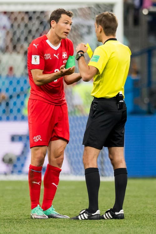 Stephan Lichtsteiner kassiert die gelbe Karte und ist im Achtelfinal gesperrt. (Bild: Laurent Gilliéron / Keystone)