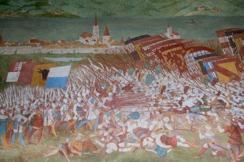 Das Schlachtenbild mit Winkelried, der ein Bündel feindlicher Lanzen unter seinen Arm drückt. Rechts sieht man die Eidgenossen und links die Habsburger. Im Hintergrund ist das Städtchen Sempach mit der Pfarrkirche und rechts die Kirche von Kirchbühl festgehalten. (Bild: Boris Bürgisser, 18. Juni 2018)