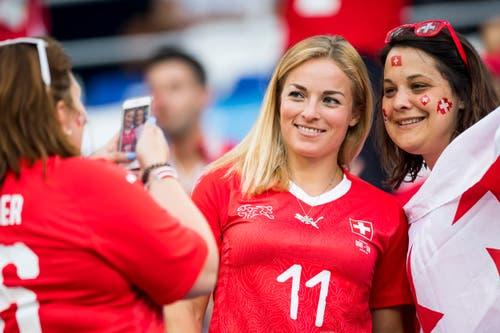 Skirennfahrerin Lara Gut lässt sich mit Fans im Stadion ablichten. (Bild: Laurent Gilliéron / Keystone)