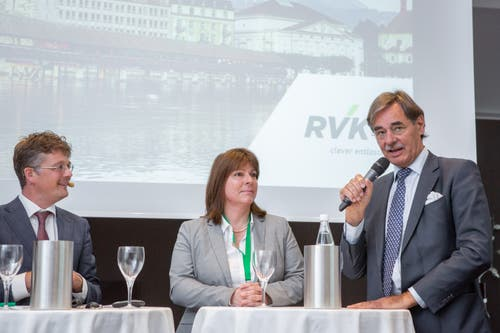 Arzt Josef E. Brandenberg (rechts) im Gespräch mit Verena Nold, Direktorin des Krankenkassenverbands Santésuisse und Moderator Hannes Blatter. (Bild: RVK/Monique Wittwer, 29. Juni 2018)