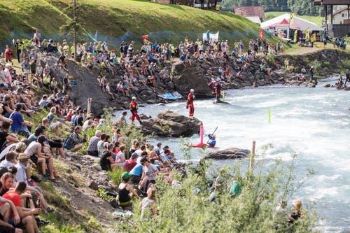 Die Kanu-WM im Muotathal lockt ein grosses Publikum an die Ufer der Muota. (Bild: Manuela Jans-Koch, Muotathal, 2. Juni 2018)