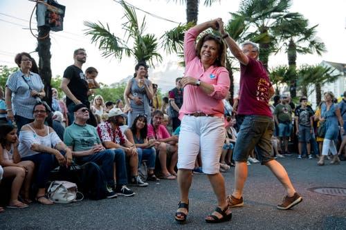 Ein Paar tanzt vor dem Hotel Schweizerhof am Luzernerfest.