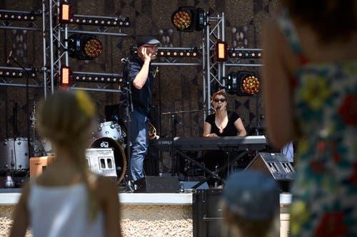 Roland Schwab und Myria Poffet beim Kinderfest beim Pavillon.