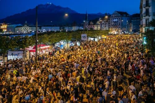 Beeindruckende Besuchermasse rund ums Luzerner Seebecken.