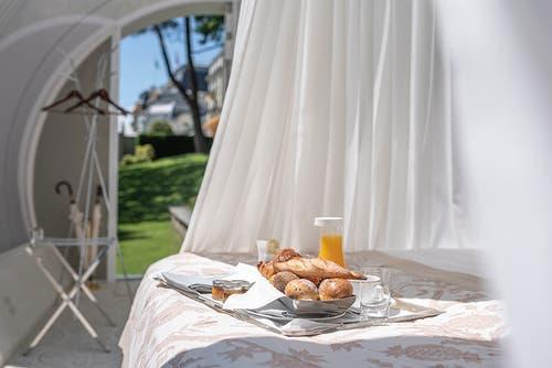 Lausanne: Übernachtung unter fast freiem Himmel im Garten des Grand-Hotel Beau Rivage.