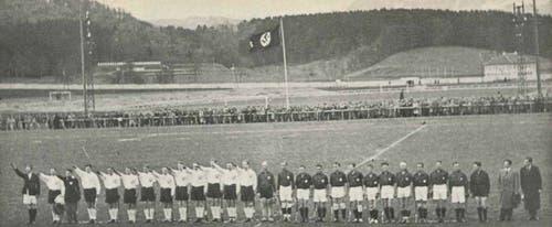1935: Landhockey-Länderspiel Schweiz-Deutschland auf der Allmend. Die deutsche Mannschaft erhebt die rechte Hand zum Hitler-Gruss.