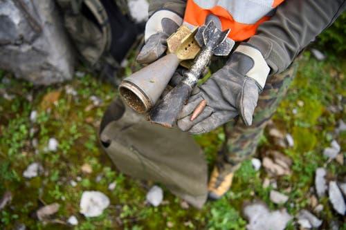 Ein Gebirgsspezialist zeigt Munitionsreste. (Bild: Keystone/Gian Ehrenzeller)