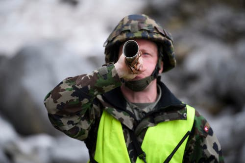 Oberwachtmeister Benjamin Rohner gibt das Signal zur Sprengung. (Bild: Keystone/Gian Ehrenzeller)