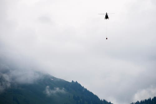 Mit zwei EC 635-Helikoptern fliegt die Armme Munitionsreste aus. (Bild: Keystone/Gian Ehrenzeller)