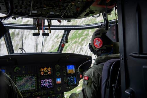 Im Cockpit eines Super Pumas. (Bild: Keystone/Gian Ehrenzeller)