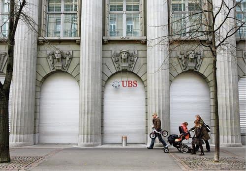 Riskante Geschäfte und das systematische Anwerben von amerikanischen Steuersündern bringen die Bank an den Rand des Ruins. (Bild: Steffen Schmidt/Keystone (Zürich, 15. November 2008))